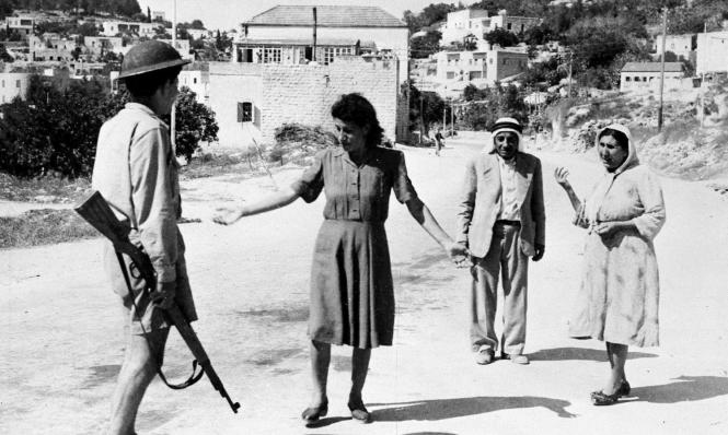 Una mujer palestina se enfrenta a un miembro de la banda terrorista sionista en Nazaret, 1948 (Archivo AB)